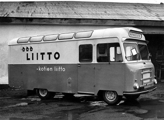 Suomalainen uusi myymäläauto autotehtaan pihassa valmiina lähtemään liikkeelle vuonna 1958.