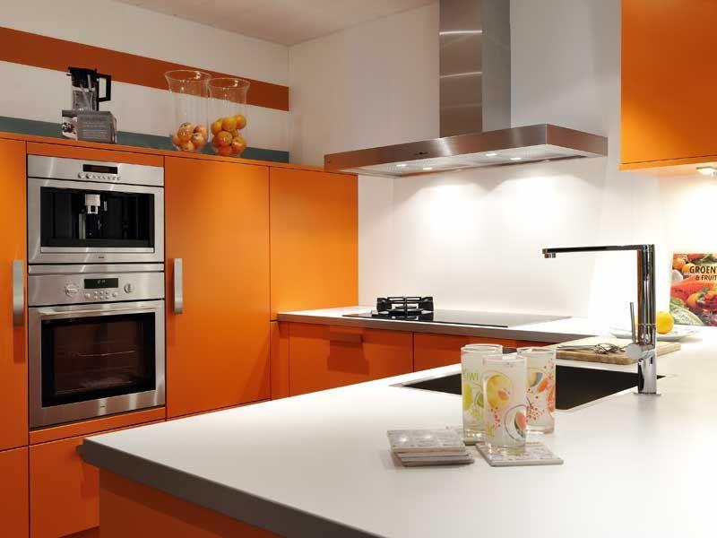 Misschien niet de eerste kleur die in je opkomt als je aan een keuken denkt, maar wel mooi: oranje - foto: Keukenspecialist
