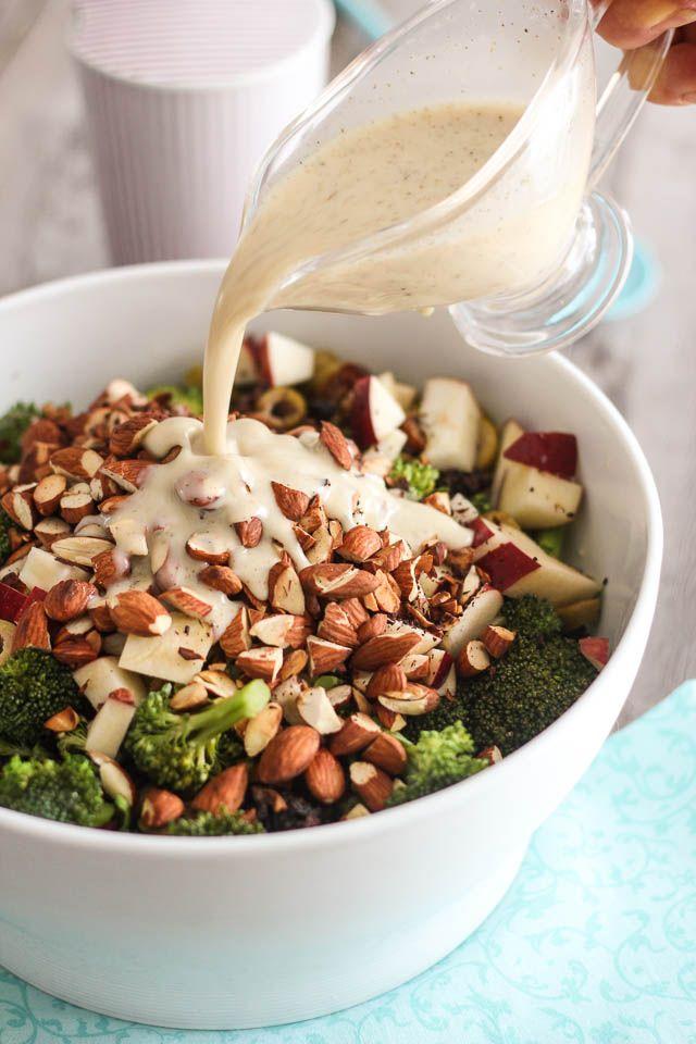 Saladinha de brócoli, maçã e amêndoas... (molhinho de queijo - algum bem salgadinho e levemente ácido, eu suponho...)