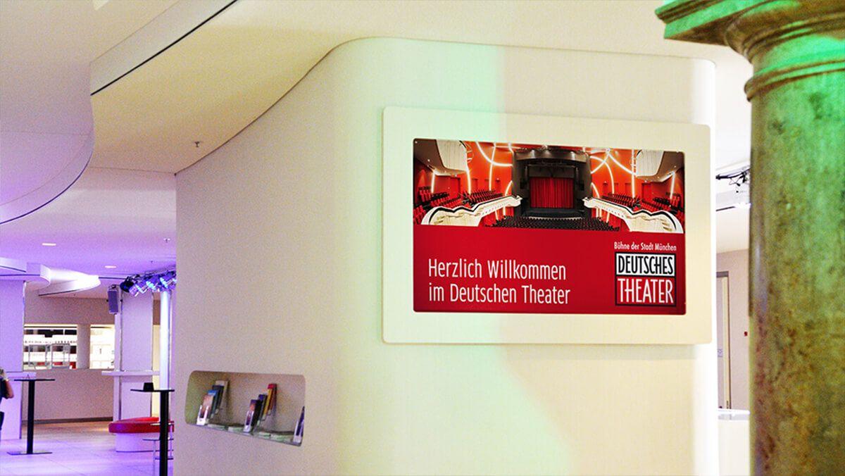 Begrüßungsdisplay im deutschen Theater München #DigitalSignage #kommatec