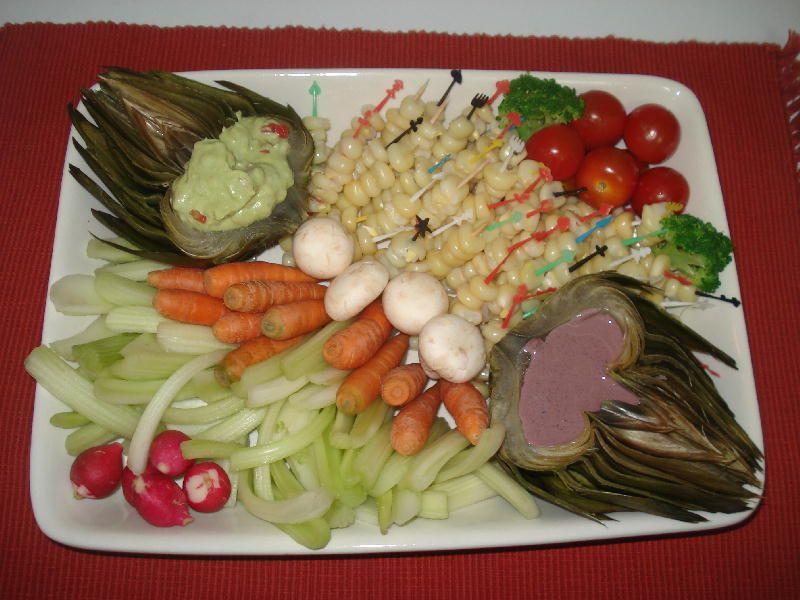 Verduras enanas con salsa de palta y salsa de aceitunas