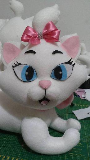 Linda gatita en fieltro con patrones Una bonita gata en fieltro, con lacito rosa , que podrás hacer sentada o de pie, como mas te guste. Patrones incluidos. Patrones de la gatita en fieltro: Patrón Muñeca de FieltroLa Bella y La Bestia en fieltro con moldesMoldes muñeca embarazada en fieltroDIY Oso de NavidadDIY …