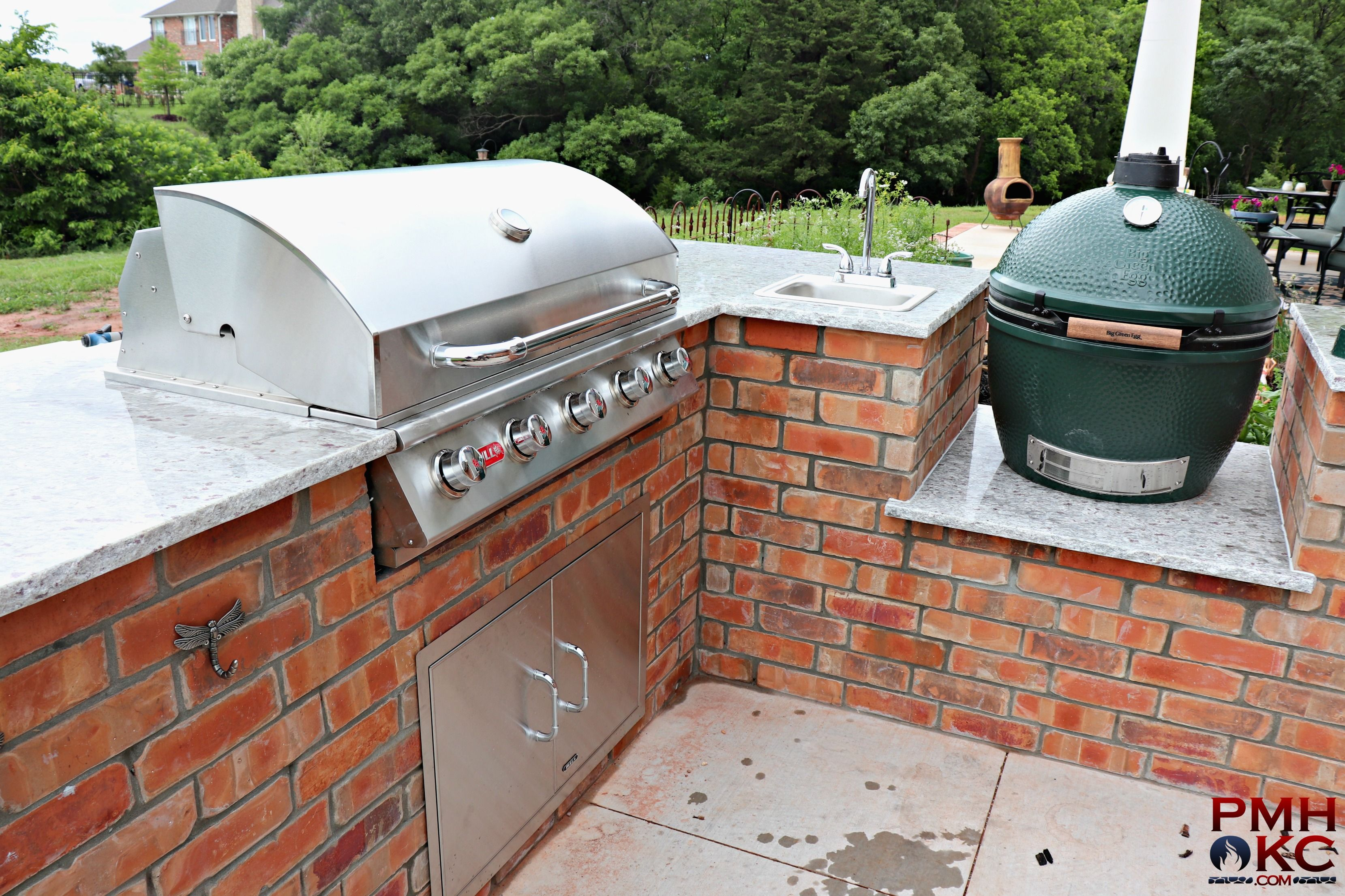 Outdoor Kitchen With Grill Green Egg And Umbrella Outdoor Kitchen Outdoor Pergola Kitchen