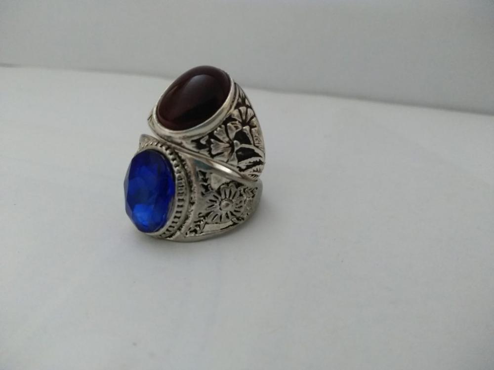 تفسير حلم الخاتم والخواتم الكثيرة لابن سيرين رؤية الخاتمين في المنام بشكل عام دال على الزواج بالنسبة لغير المتزوج سواء Gemstone Rings Gemstones Class Ring