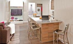 Cozinha americana, mesa redonda e sofá em L ajudam a aproximar as pessoas dentro de casa. Saiba mais