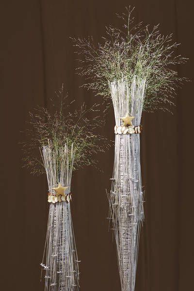 Weihnachtlicher Raumschmuck in Form zweier, floralen Säulen