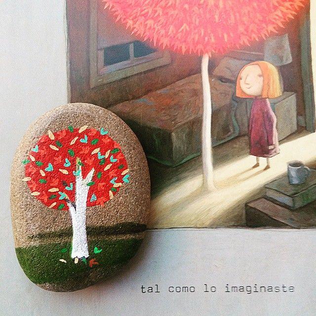 El cuento de #ElArbolRojo de #ShaunTan es uno de mis preferidos.  Y este árbol rojo en piedra es para una niña a la que espero que le guste
