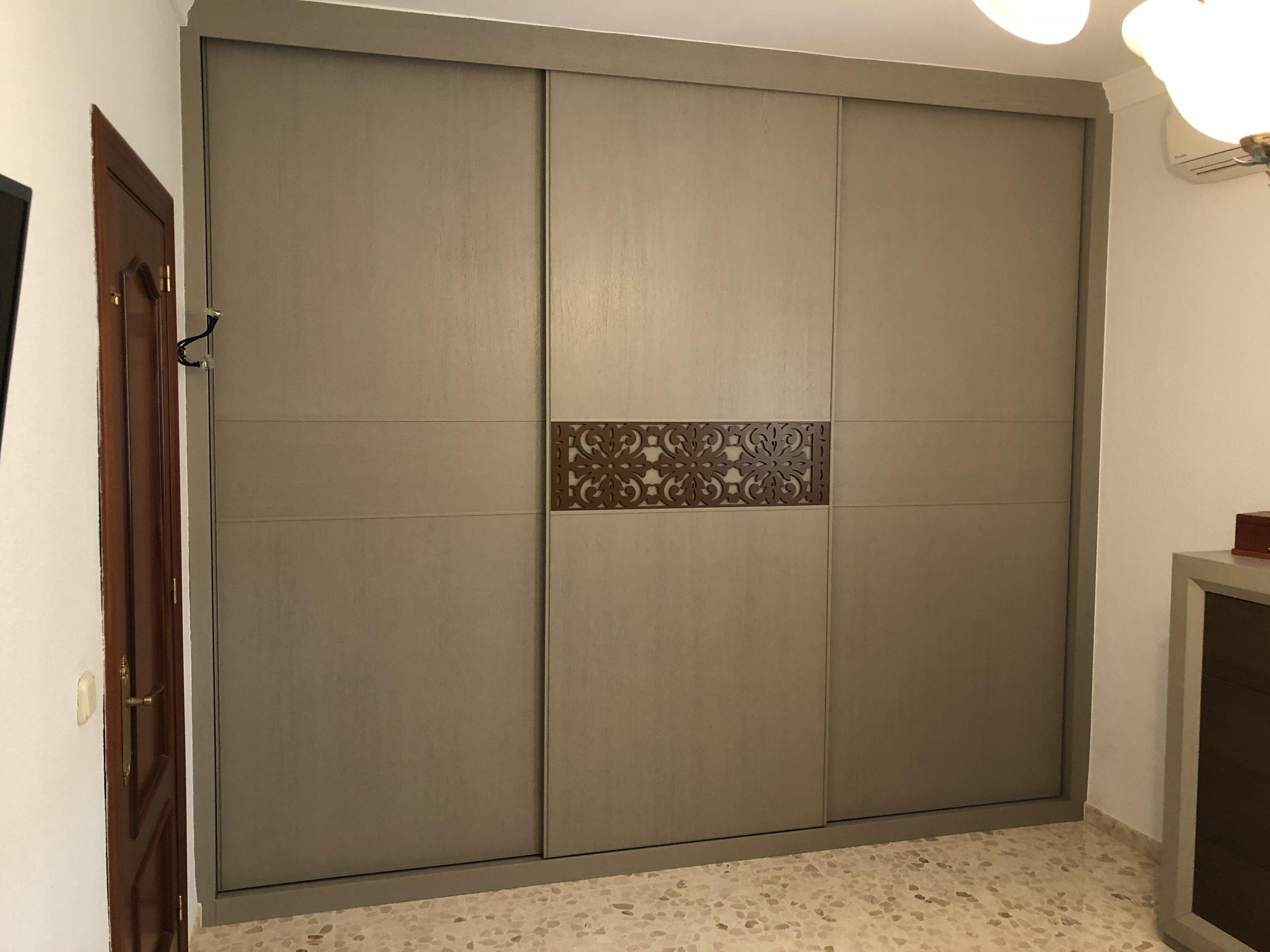 Armario Tres Hojas Correderas Combinadas Con Celosia Armakor Armarios Interiores Decoracion De Unas