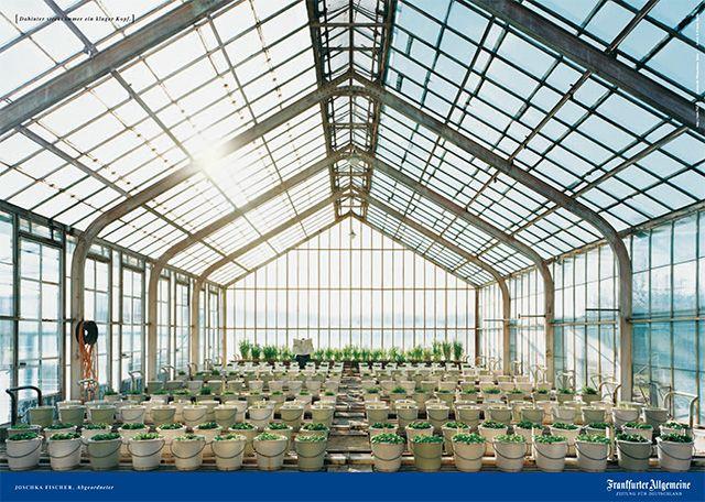 Der Politiker Joschka Fischer hinter der F.A.Z. im Institut für Pflanzenbau der Universität Bonn. © Frankfurter Allgemeine Zeitung (FAZ) http://www.faz.net