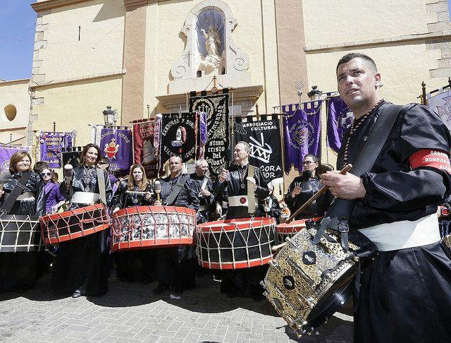 En Alcora celebrando junto a ellos sus vecinos la Rompida de la hora