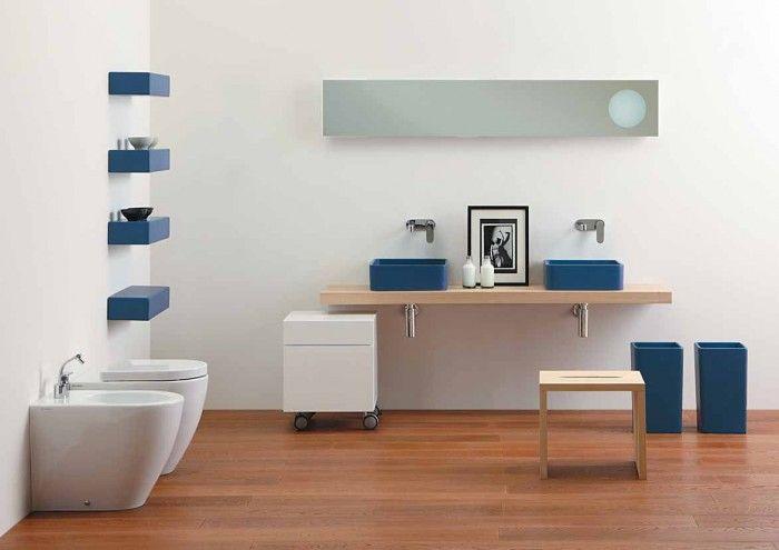 Cuarto de baño con sanitarios modernos y lavabos de color ...