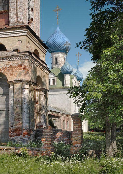 Владимирский собор в Переславле-Залесском Ярославской области. На переднем плане слева фрагмент нижних ярусов колокольни.
