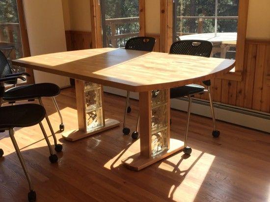 Une table à manger en bouleau avec le plan de travail Hammarp