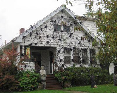 halloween yard decorations spiders httppinterestcomhamptoninnmonro hamptoninnmonroeville