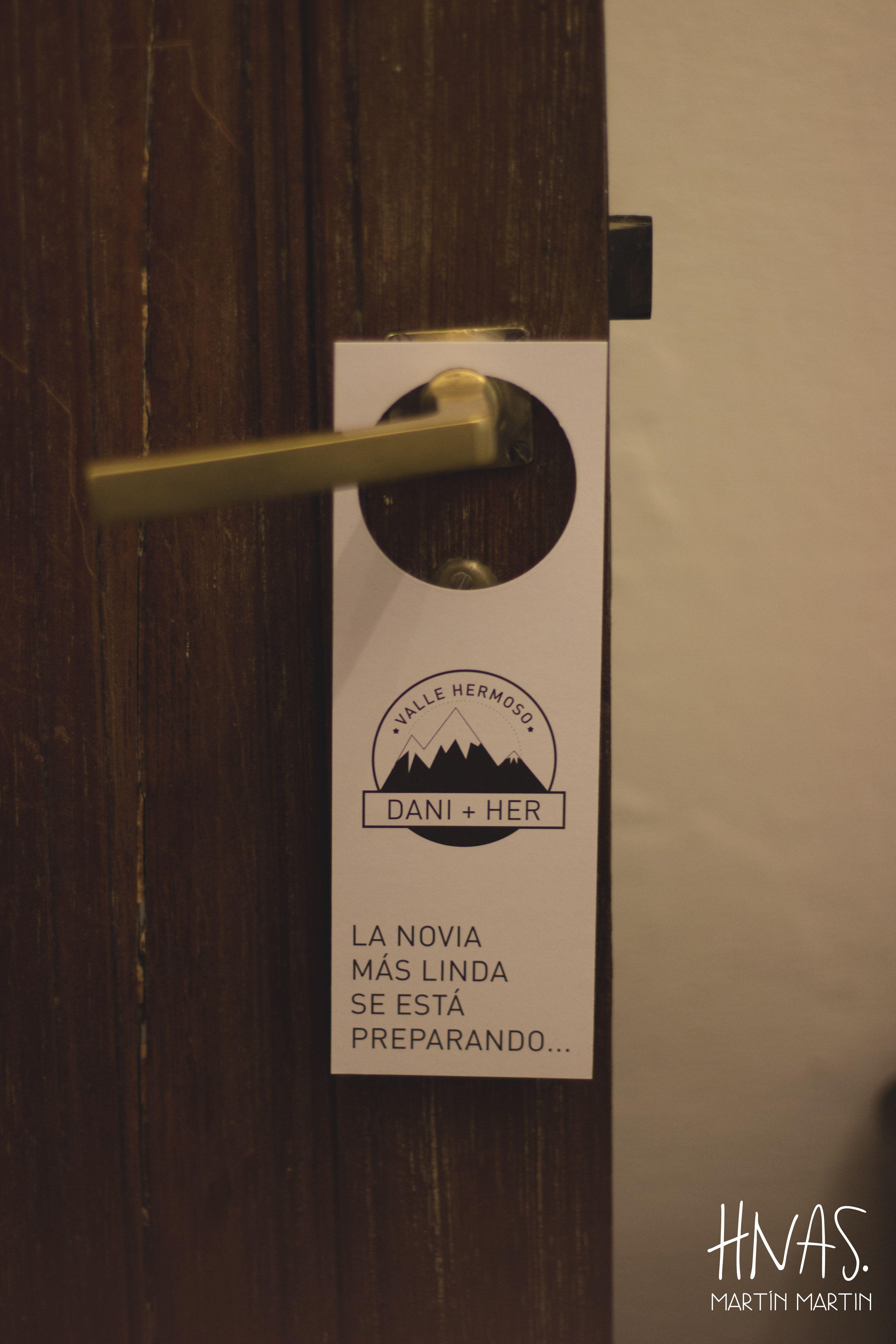 Estancia Santo Domingo, Lobos - casamiento - boda - ambientación - wedding - decorwedding - campo - caballerizas cartel para el cuarto de la novia