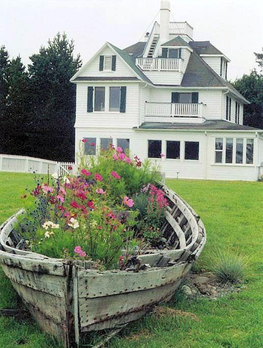 Gartendeko Mit Holzboot Als Blumenbeete