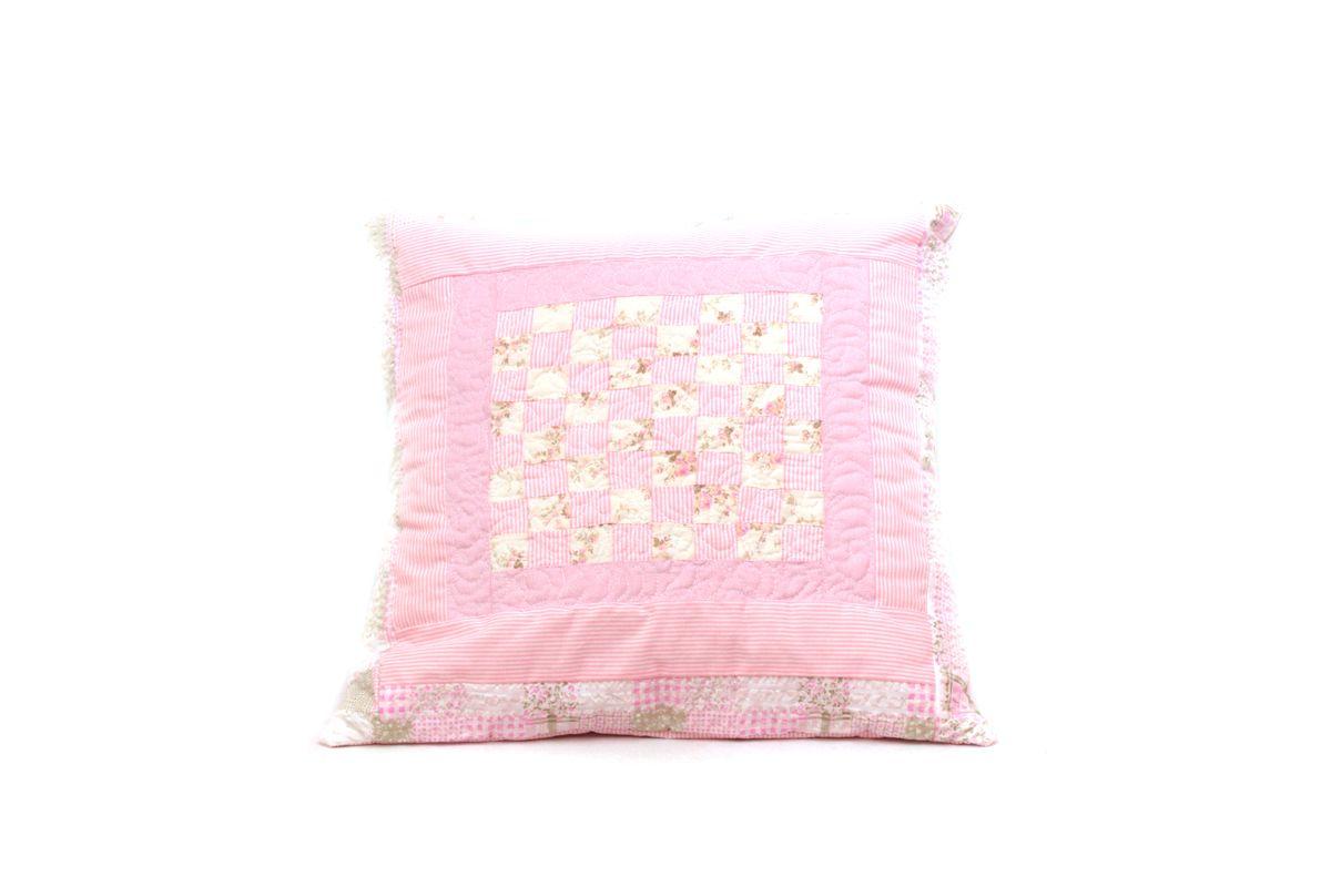 Capa:  Patchwork com tecido 100% algodão  Frente Quilt Livre    Almofada:  Tecido 100% algodão  Preenchida com plumante anti-alérgico...