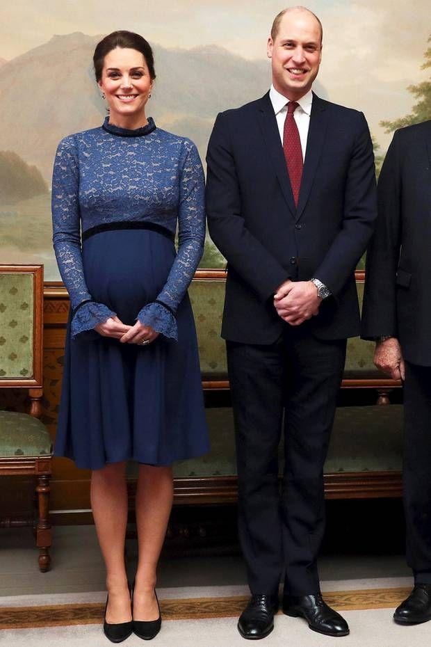 """Fashion-Looks : Unter dem Mantel trägt Kate ein blaues Spitzenkleid ihres liebsten Umstandmoden-Labels """"Seraphine"""", das umgerechnet ca. 190 Euro kostet."""
