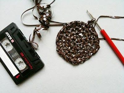 Fuente: http://knit-kit.blogspot.com.es/2010/07/tasche-aus-alter-tonband-kassette-purse.html