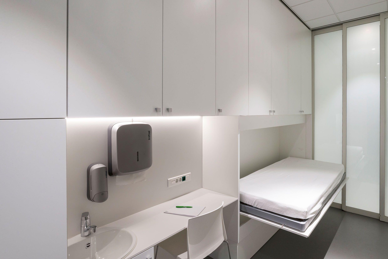 Ehbo ruimte met opklapbaar bed en ingebouwde schuifdeuren die voor