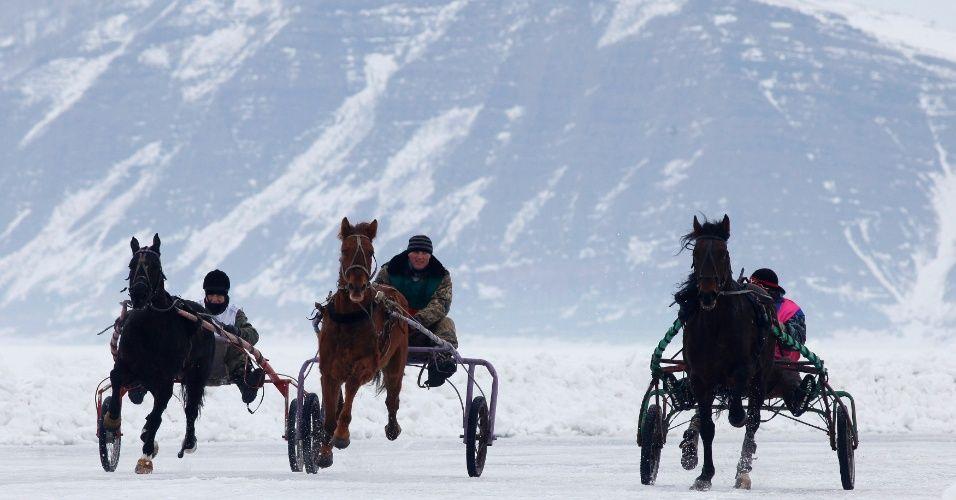 cavaleiros-amadores-russos-disputam-uma-corrida-de-cavalos-no-lago-congelado-yenise