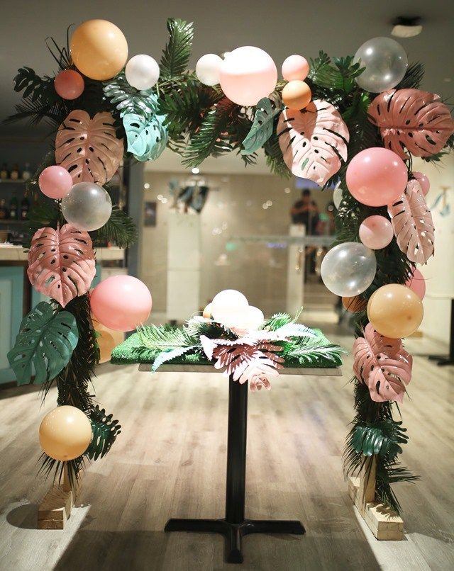 Trish S Intimate Tropical Chic Birthday Dinner 18th Birthday Tropical Theme Party Birthday Dinner Party Tropical Party Decorations