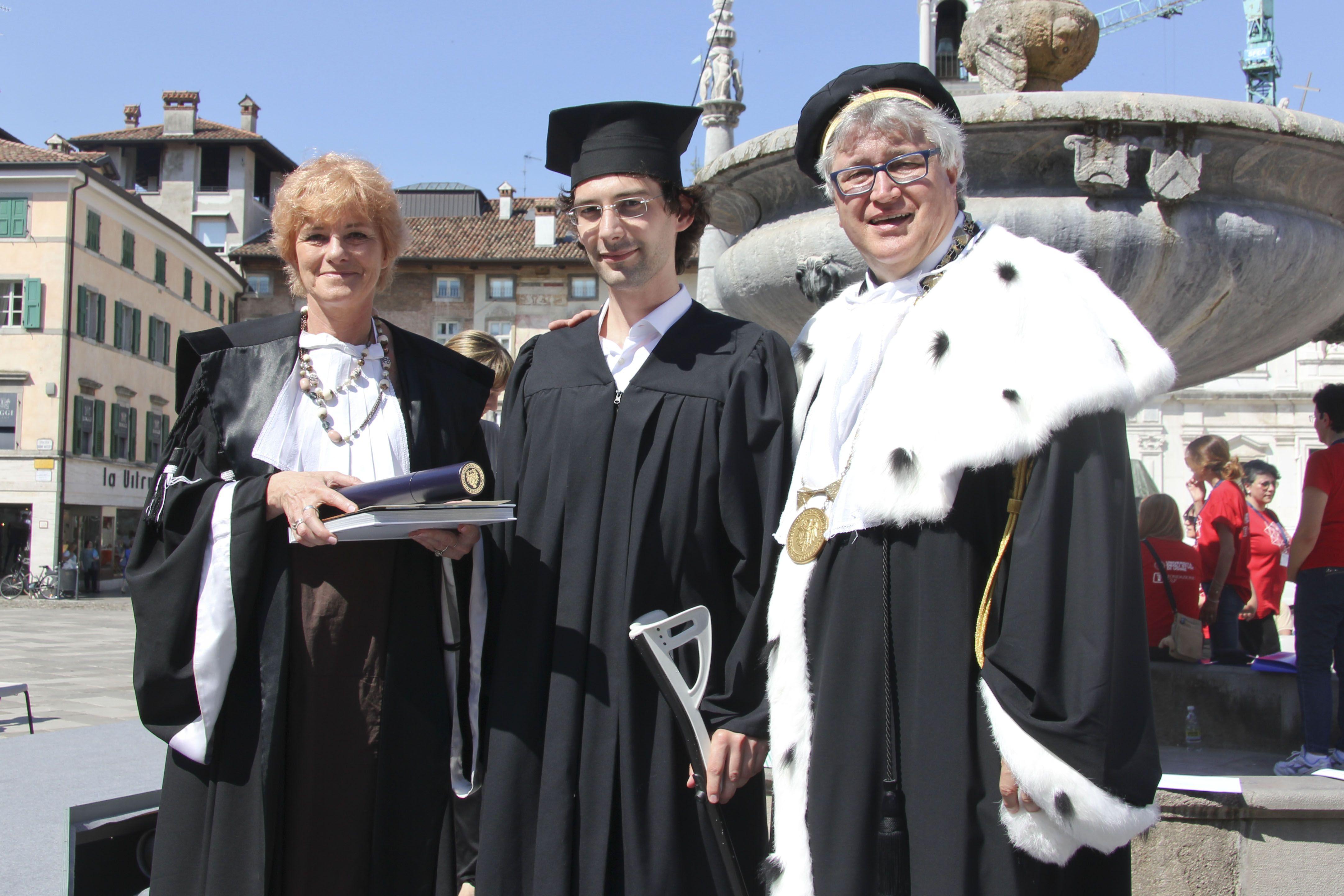 Il Magnifico Rettore e la prof.ssa Donata Levi premiano gli studenti della Scuola Superiore durante il Dies Academicus di #conoscenzainfesta