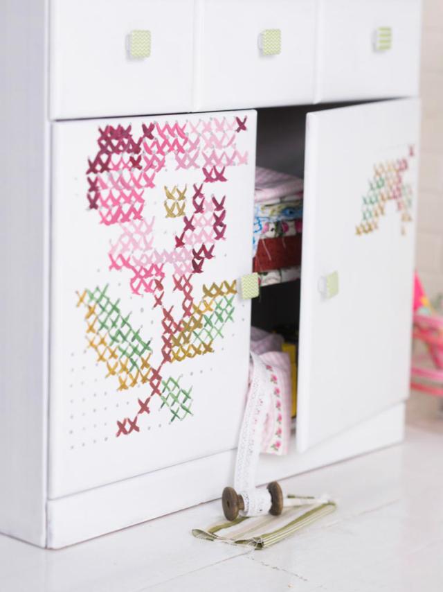 Maalaa lipastoon ristipistoruusuja. Paint cross stitching roses to a bureau. | Unelmien Talo&Koti Kuva: Satu Nyström Toimittaja: Anette Nässling