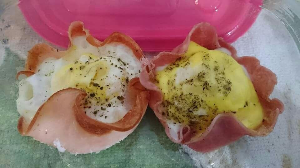 Cestinhas de peito de peru   Colo o peito de peru em uma xícara, quebre um ovo e fure a gema, adicione sal, oregano e pimenta do reino a gosto, só levar por 2 minutos no microondas que sua cestinha já estará pronta