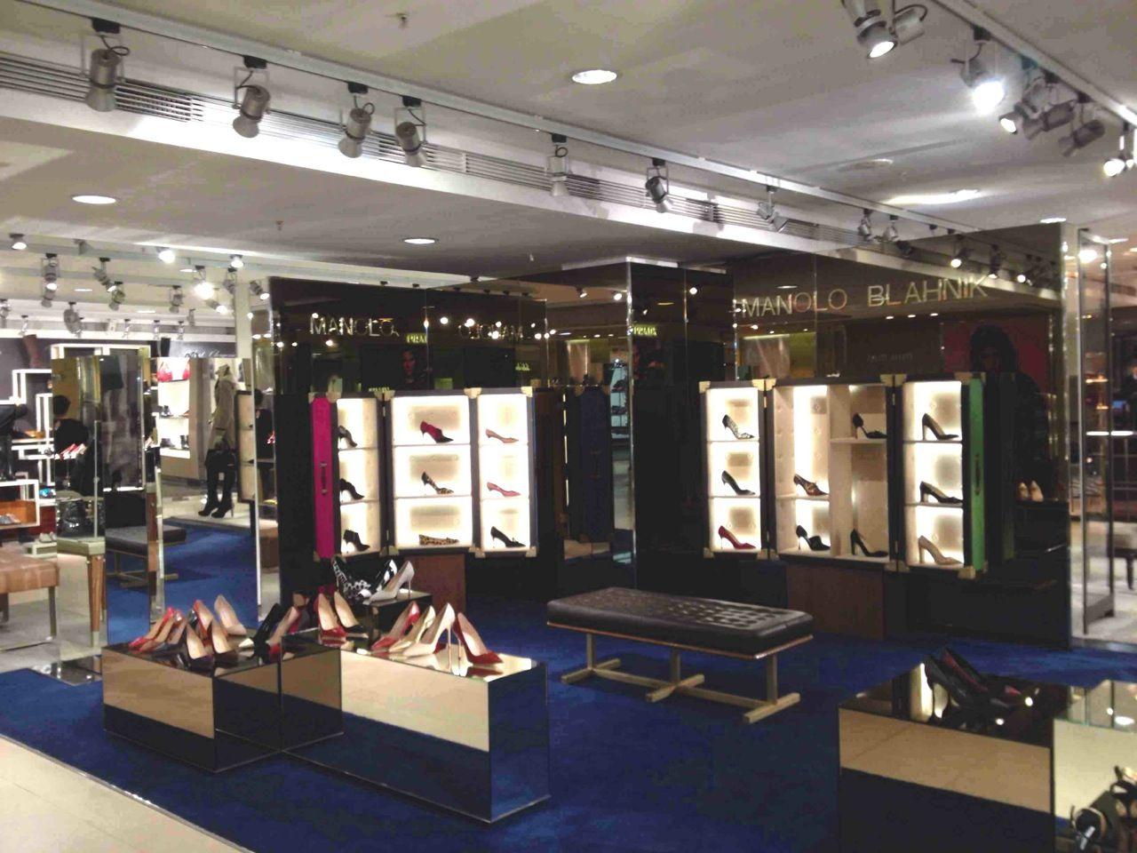 Manolo Blahnik -  Chaussures Après travaux !  fashion  Printemps  Paris c6f30fa37ecc