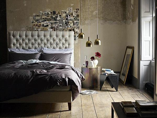 Dit luxe bed met gecapitonneerd hoofdbord in taupekleurige bekleding