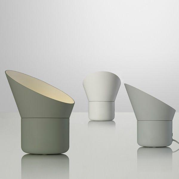 De Up tafellamp van Muuto heeft een draaibare kap, waardoor gespeeld kan worden met lichtval. Het lampje heeft een dimmer en is in drie zachte kleuren verkrijgbaar. www.houtmerk.nl/Tafellamp-Muuto-Up-ledlamp-dimmer-draaibaar