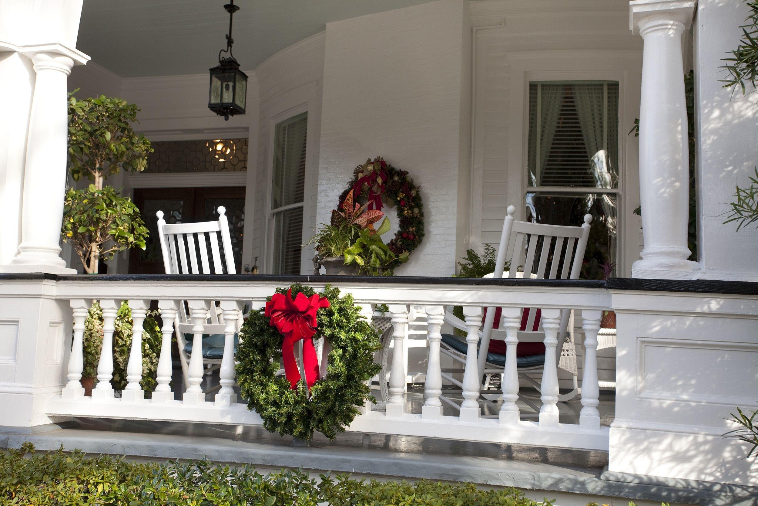 Unique Porch Railing Christmas Decorating Ideas Ew07n2q Https Sanantoniohomeinspector Front Porch Christmas Decor Christmas Porch Decor Christmas Front Porch