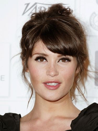 Gemma Arterton Earthy British Beauty Gemma Can Pull Off Pretty Much Any Look And The Sweeping Side Fringe T Fringe Hairstyles Hair Styles Long Hair Styles