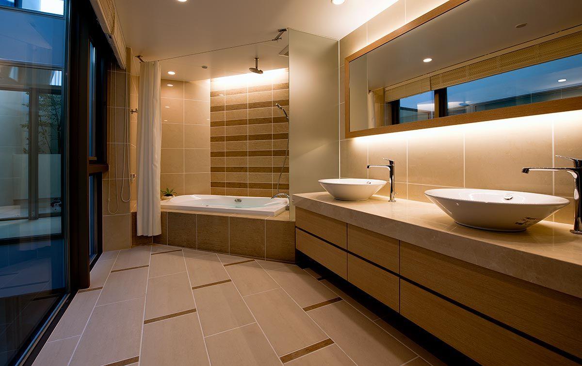 海外生活の長いオーナーのリクエストにより 洗い場のない海外仕様のバスルームとした この他にあるゲスト用のバスルームは日本式を採用 注文住宅 住宅 光庭