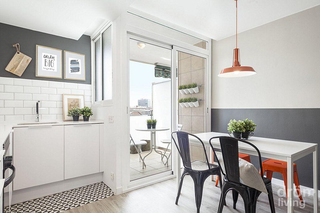 Una casa sencilla en blanco y gris Gris, Sencillo y Metro cuadrado