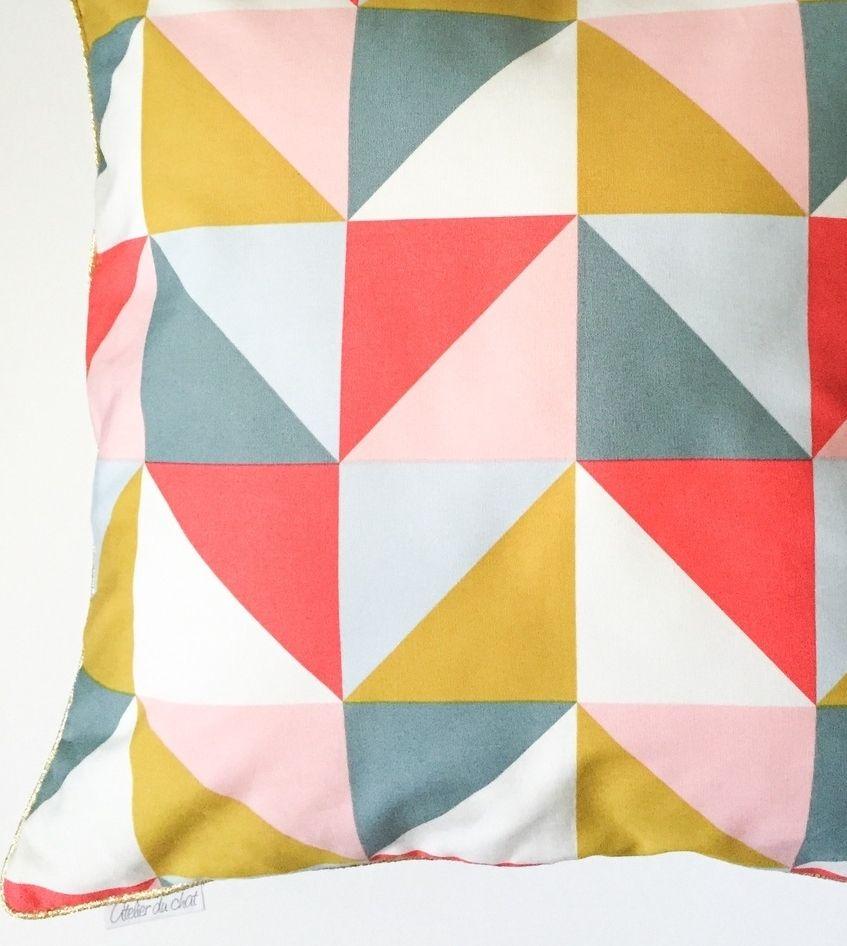 housse de coussin motif triangle graphique scandinave atelier du chat textiles et tapis par. Black Bedroom Furniture Sets. Home Design Ideas