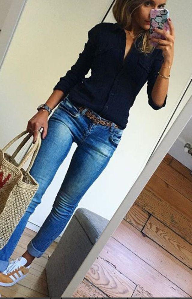 Spijkerbroek met zwarte blouse en gympen - masterschool