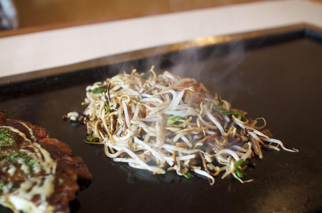 "shelovesasianfood: ""焼きそば Yakisoba (by 森井ゴンザレス) """