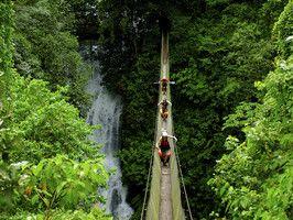 En Costa Rica de turismo de aventura: descenso por puentes colgantes junto a las cascadas del Río Savegre.