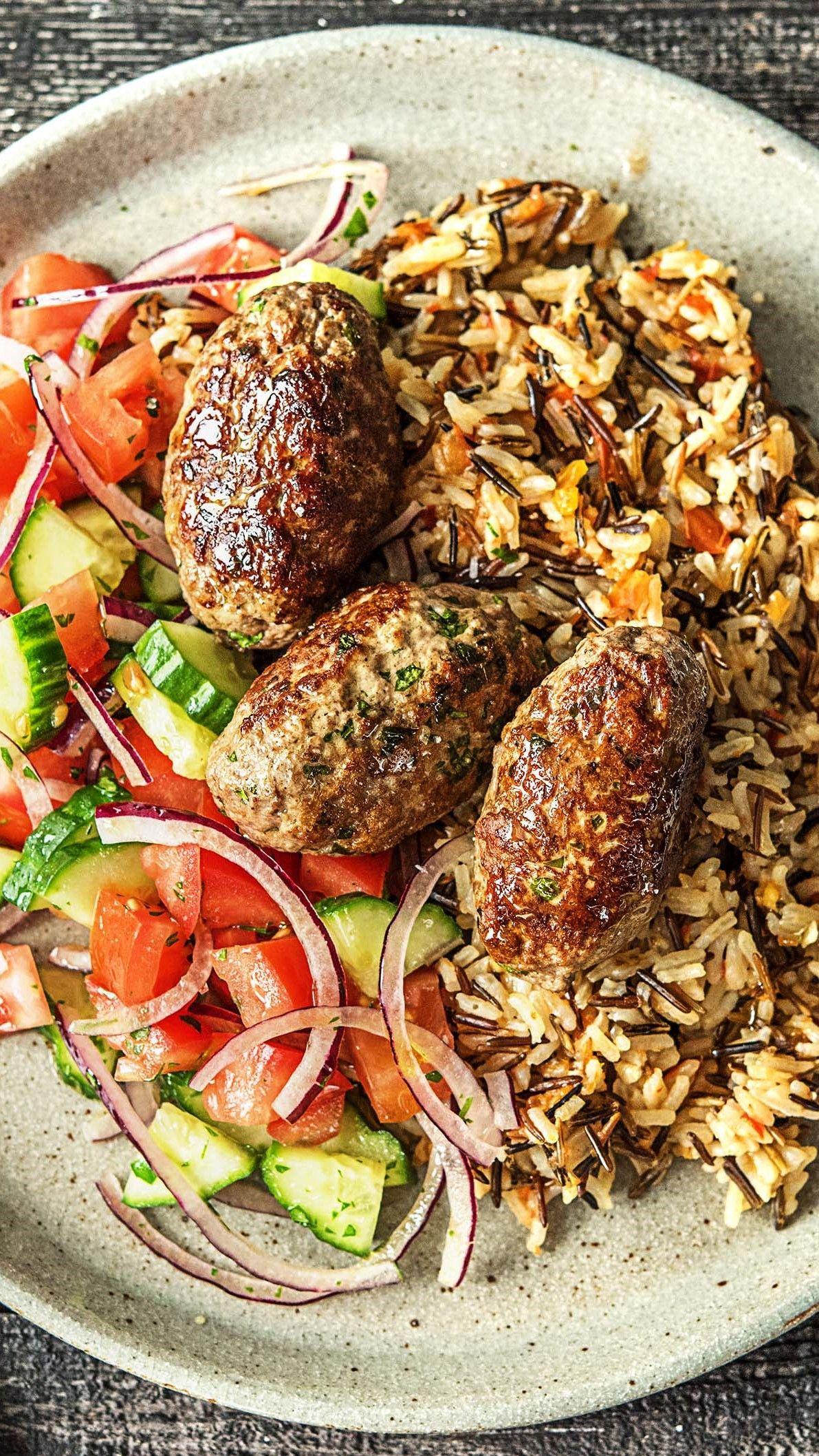 Hello Köfte! Türkische Frikadellen mit Tomaten-Basmati-Wildreis, Salat und Joghurtdip #herbstgerichte