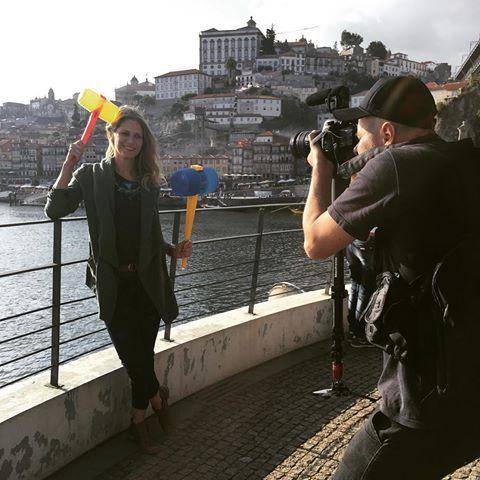Fui ao Porto, participar da linda festa de São João, que acontece anualmente, e tem balão, fogueira e... alho poró, martelos, e sardinhas. #LugarIncomumPortugal