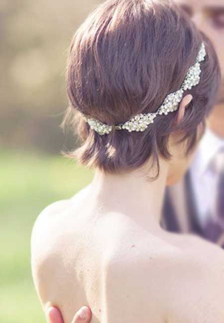 This bride rocks a pearl headband to top her cute short hair. There are great styles for women with short hair that you'll love.