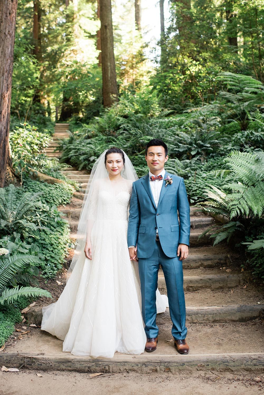 modernes und klassisches Longsleeve Hochzeitskleid und blauer ...