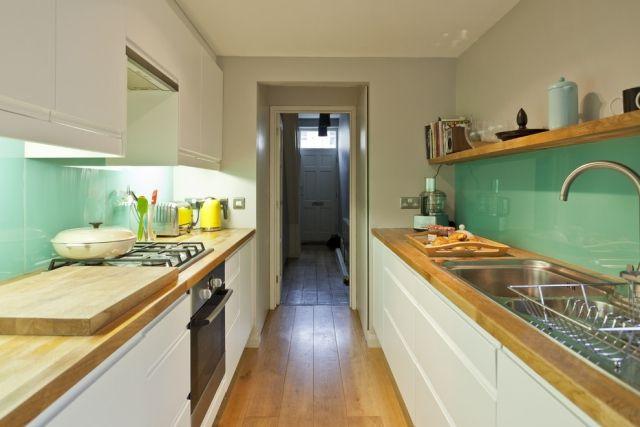 küche wandgestaltung glas-spritzschutz-mintgruen-holz-arbeitsplatte - fliesenspiegel glas küche