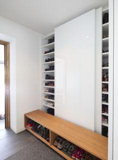 Garderobenschrank mit Schiebetüren - Übersichtlich und gut sortiert ...