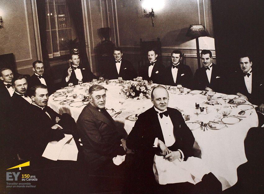 Dîner d'adieu pour Aubrey Baillie, le 8 décembre 1934 – Par JD Woods & Co., Ltd. À partir du centre inférieur, dans le sens des aiguilles d'une montre : Ralph Presgrave, Ken Harvey (Harvey Knitting), JW Walker (McCarthy & McCarthy), RA Harris (York-Knitting), Dave Turnbull, WB Woods (Gordon McKay), Hugh Lawson (York Knitting), Robert Chisholm, John Lowden, Bob Henwood, Bill Scully, Aubrey Baillie, JD Woods. #EYCan150