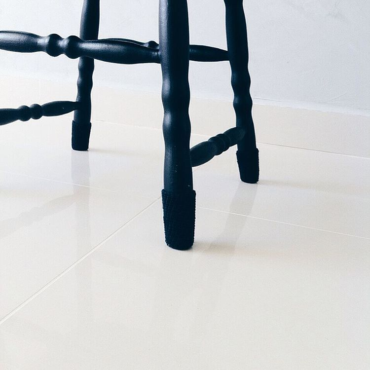 Proteção para os pés da cadeira preta feitos de crochet @oiapartamento202