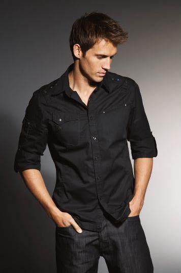942913909 Jeans oscuros y una camisa negra es ideal para hombres que no se complican  al vestirse