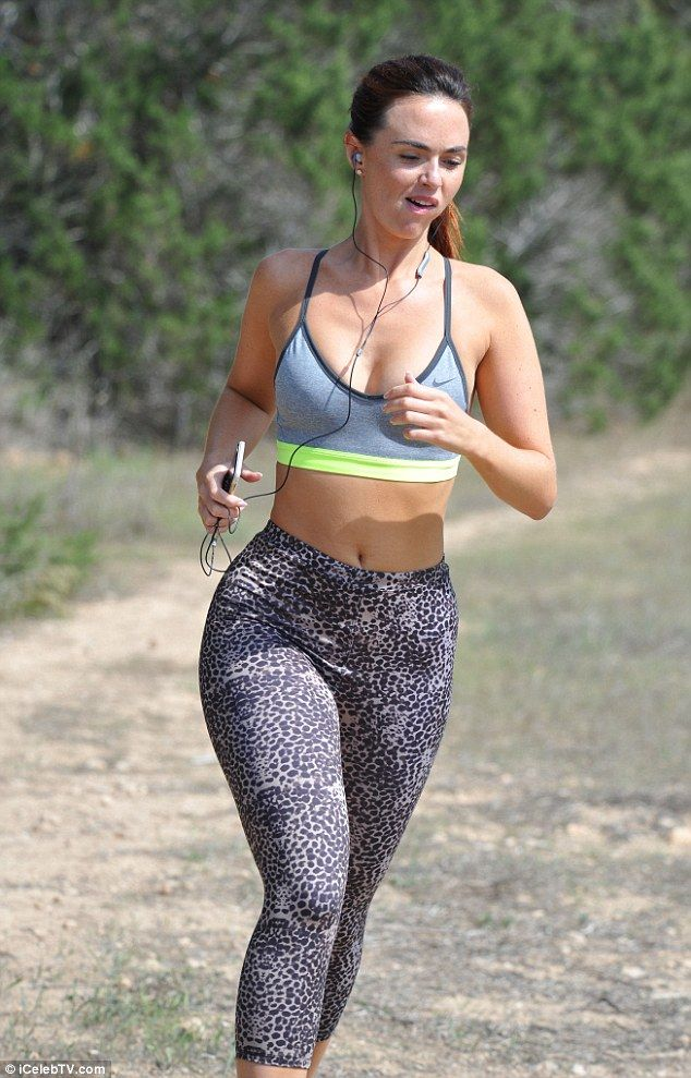 22452eecfaf0e Figure flaunting fashion  Wearing only a sports bra and figure-hugging  leggings